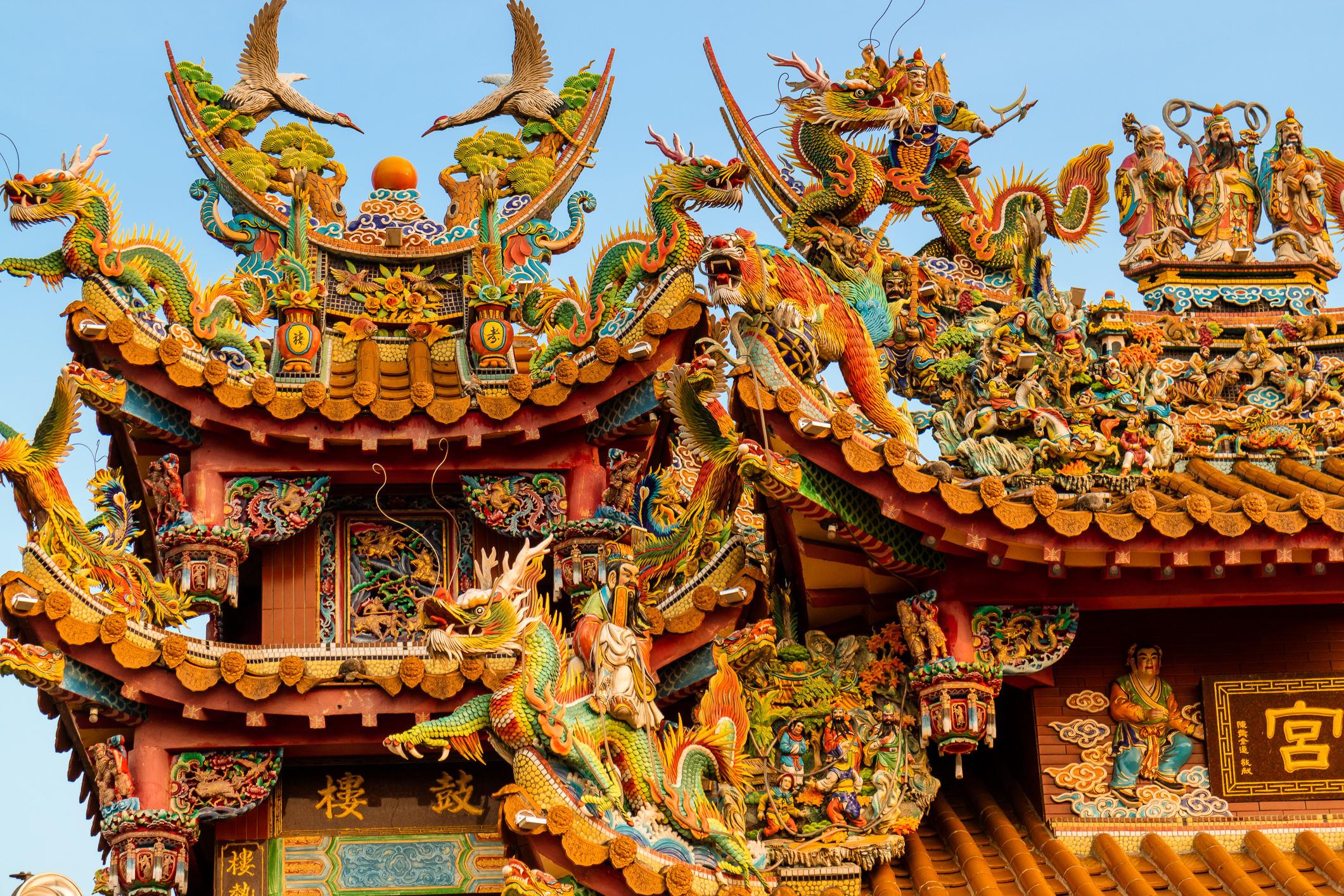 Die zahlreichen Tempel beeindrucken mit dekorativen Holzschnitzereien.