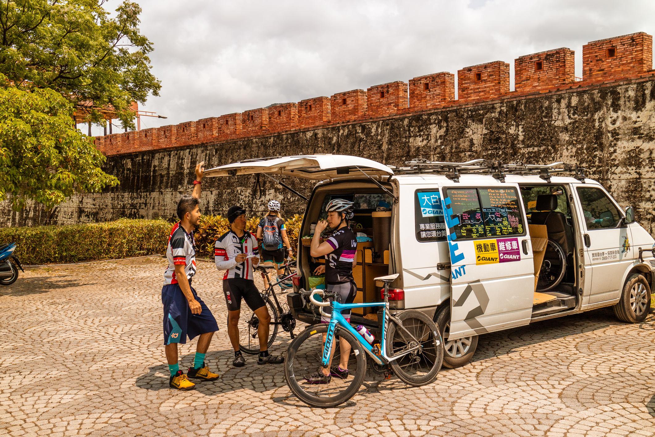 Der Begleitbus von Giant Adventure Tours ist Service- und Verpflegungsstation.